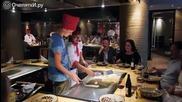 Ето как готвачът забавлява гостите си.