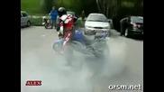 Този моторист има още да се учи.