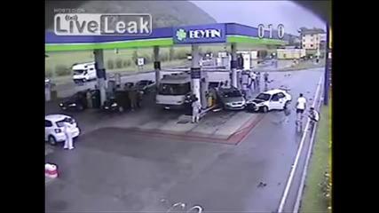 Тежка катастрофа на бензиностанция