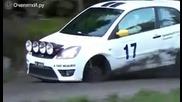 Гумата на състезателен автомобил пада и удря човекът зад камерата.