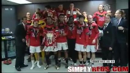 След Карлинг къп - Съблекалнята на Манчестер Юнайтед След спечелването на Карлинг Къп