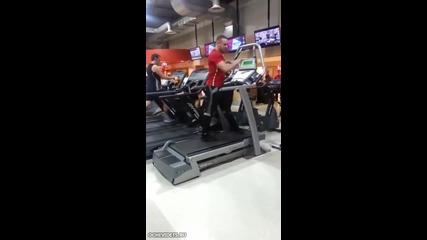 Мъж във фитнеса привлича вниманието на жените