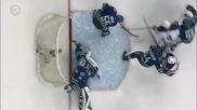Хокеен вратар брилянтно спасява два пъти вратата си от гол!