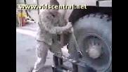 Американски Войници сменят Гума На камион