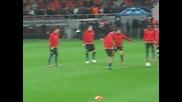 Манчестър Юнайтед загряват преди мача с Оцелул