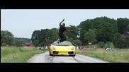 Лудак прескача Lamborghini движещо се със 130 км/ч