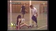 Луда мацка сваля късите панталонки на баскетболистите по време на игра