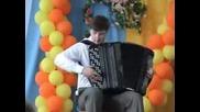 Момче свири невероятно на Акордеон