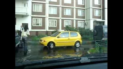 Само да видите как се паркира ,,,в градинката след удар в друга кола и упорито кара напред - назад