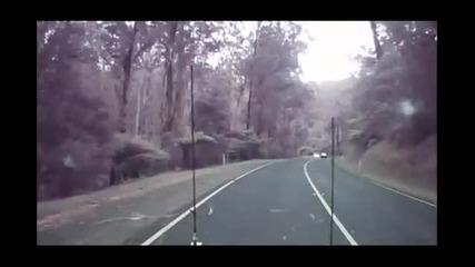 Силен вятър троши дървета на път в Австралия!