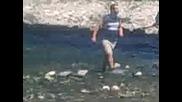 Mikado i Misua se izpla6iha v sredata na rekata