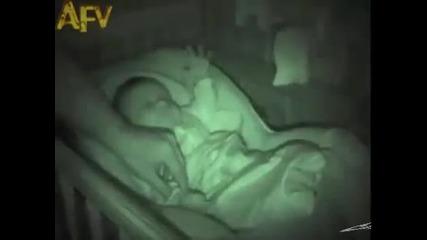 Бебе спи по странен начин