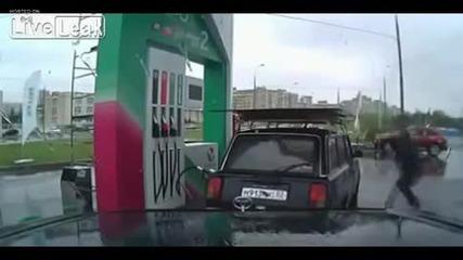 Руснак прави лудо шоу на бензиностанция ... Смях!