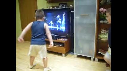 Близнаци танцуват на Michael Jackson