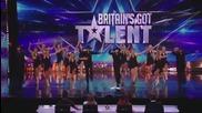 Танцов състав избухва с кънтри изпълнение на сцената на Великобритания търси талант