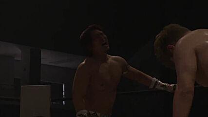Шиня Аоки си завря задника в лицето на кечист