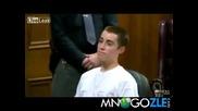 Убиец на дете се хили нагло на родителите му в съда