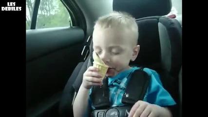 Бебе яде сладолед докато спи - Смях