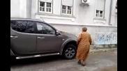 Бабка Показва Нетърпимост Към Паркирали Коли На Тротоара