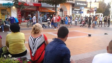 Пичове танцуват Брейк на бул. Витоша