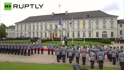 Германия посреща кралицата с военни почести