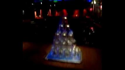Горяща пирамида от чаши