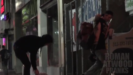 Закъсал за пари човек чупи врата на друг и се опитва да го ограби...