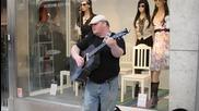 Уличен музикант с мощен глас