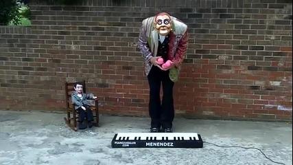 Tалант! Мъж свири на пиано с топки