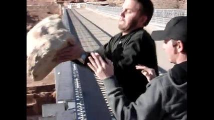 Хвърляне на огромен камък от 142 метра височина