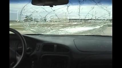 Идиот скача върху кола докато колата се движи и счупва стъклото на колата