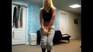 Красиво момиче танцува