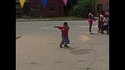 Малко момче танцува - много забавно
