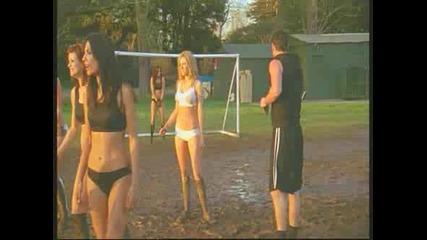 Супер яки секси мацки играят футбол