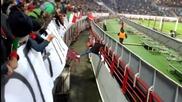 Руски футболен запалянко се измъква ловко от охраната