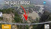 Комично преминаване по най-дългия стъклен мост в света