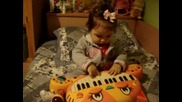 Кристина свири на пиано