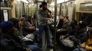 Пич разведрява един скучен ден в метрото с много забава
