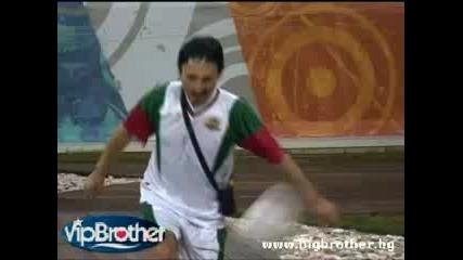 Емил И Милко играят футбол