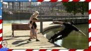 Хлапе бута полицай във водата - Шега