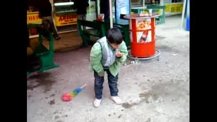 Малко ромче танцува брейк (смях)