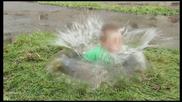 Дете пада във кална локва - скрита камера
