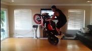 Моторист кара в хола си !