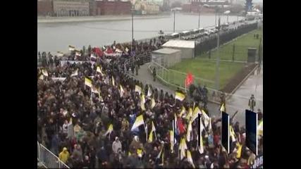 Стотици арестувани и десетки ранени след слъсъци между националисти и антифашисти в Русия