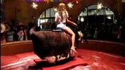 Секси момиче яхва огромен бик