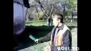 Смях - пиян руснак се опитва да счупи бутилка