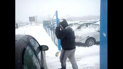 петър джамбов чисти сняг от коли