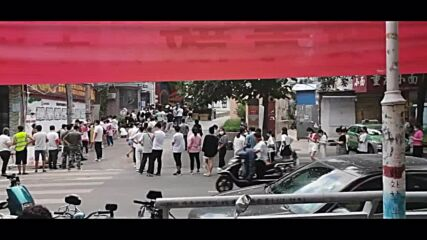 China: Zhengzhou residents queue for COVID tests after lockdown expanded
