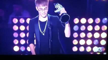 Justin kissing Selena on Mtv Movie Awards 2011