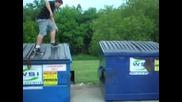 Идиот пада в контейнер, много смях